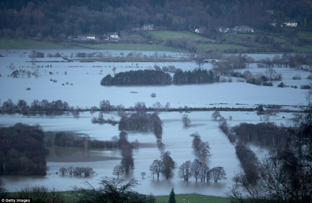 2F1D2C9A00000578-3348001-The_fields_around_Keswick_in_Cumbria_remain_flooded_after_torren-a-15_1449464024955.jpg